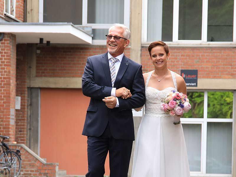 Brauteinzug mit Vater - freie Trauung