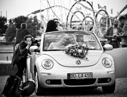 hochzeitsfotograf-brautauto-mit-brautpaar