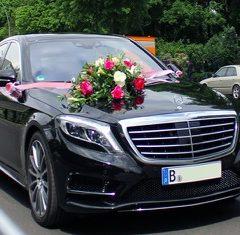 Mercedes mit Blumenschmuck