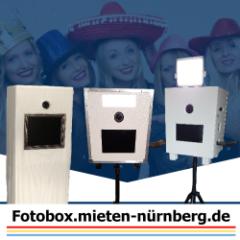 drei-fotoboxen-frauen-im-hintergrund