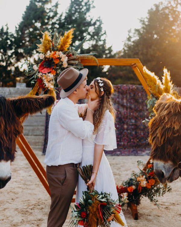 traubogen mit Brautpaar und Esel